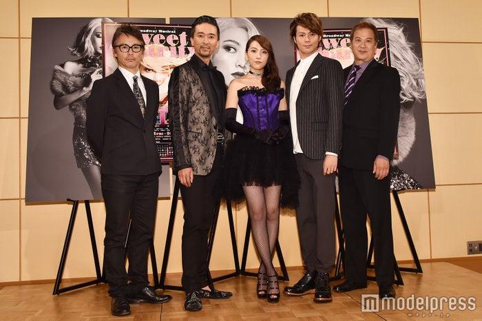 (左より)上島雪夫氏、岡幸二郎、知英、平方元基、玉麻尚一氏