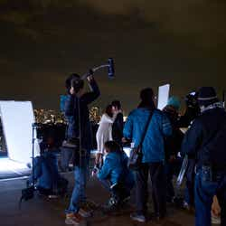 モデルプレス - 乃木坂46白石麻衣の初キスシーン 極寒の屋上で、本郷奏多と模索した「意志のあるキス」<撮影現場レポート>