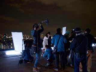 乃木坂46白石麻衣の初キスシーン 極寒の屋上で、本郷奏多と模索した「意志のあるキス」<撮影現場レポート>