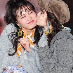 鈴木愛理、岡崎紗絵にキス キュートなおねだりに歓声<GirlsAward 2018 A/W>