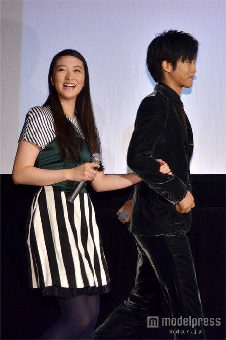 松坂桃李(右)と腕を組み登場した武井咲(左)