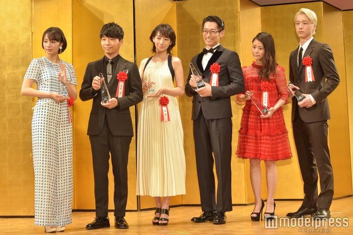 左から:広瀬すず、星野源、波瑠、ディーン・フジオカ、高畑充希、坂口健太郎 (C)モデルプレス