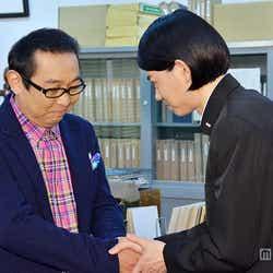 握手を交わす菅田将暉(右)とさだまさし(左)