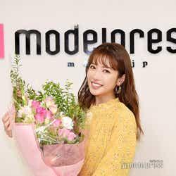 くみっきー/モデルプレス編集部からサプライズで花束をプレゼント(C)モデルプレス