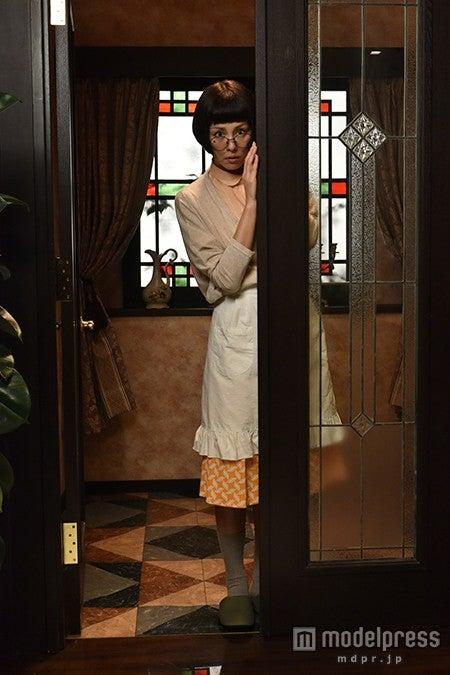 おかっぱ頭のウィッグに黒縁メガネ、そばかすメイクで美貌を隠すダーティーな家政婦を演じる米倉涼子(C)テレビ朝日【モデルプレス】