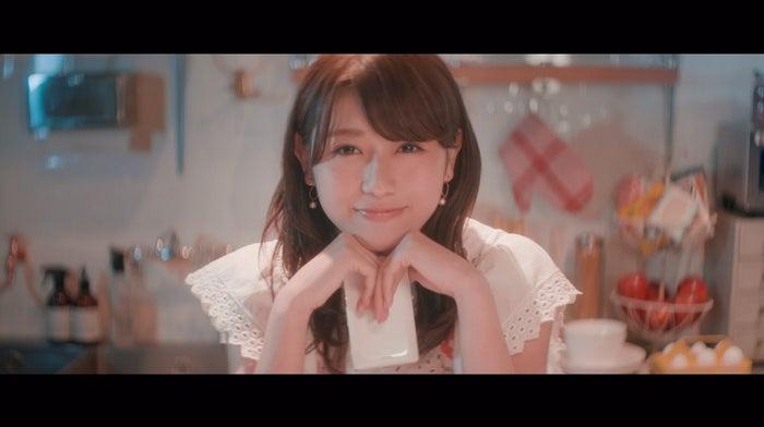 守屋茜「割れたスマホ」MVより(画像提供:ソニー・ミュージックレーベルズ)