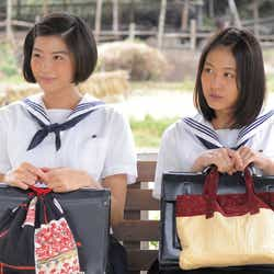 佐久間由衣、有村架純/連続テレビ小説「ひよっこ」より(画像提供:NHK)