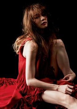 香里奈、赤ドレスで美脚魅せ 7年ぶり写真集で新展開&未公開カット解禁