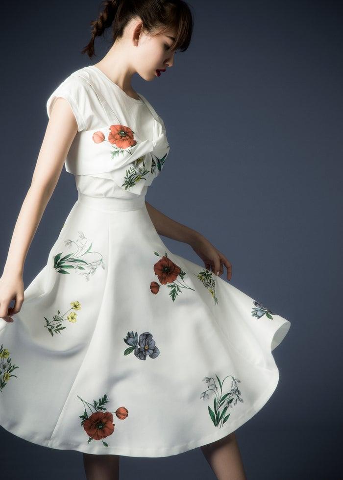 白シャツ¥8,000/AMIW(AMIW SHOW ROOM) 花柄ビスチェ¥14,000、スカート¥24,000/ともにマイストラーダ