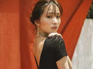 岡崎紗絵、美背中チラリ夏コーデで魅了