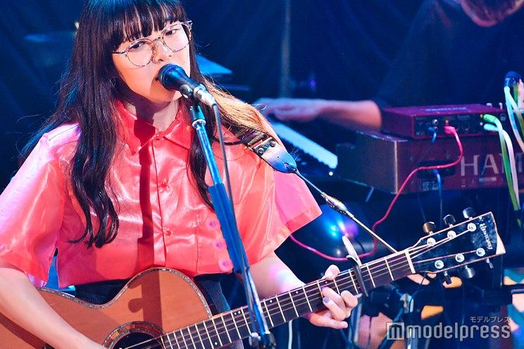 """新世代アイコン・あいみょん""""メガネ""""ライブで「君はロックを聴かない」「愛を伝えたいだとか」「マリーゴールド」…全8曲披露<セットリスト>"""