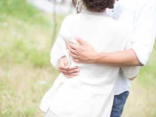 彼氏が突然「抱きしめる」時の本音とは?|ハグが表す5つの男性心理