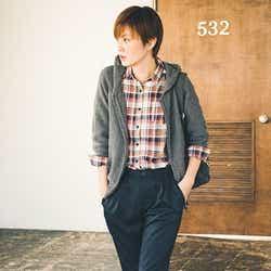 ニットパーカー¥6,400、チェックシャツ¥3,300(期間限定セットで購入すると¥6,900+tax)