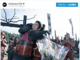 新田真剣佑、三浦春馬さんとの熱い抱擁ショット!『ブレイブ』で共演