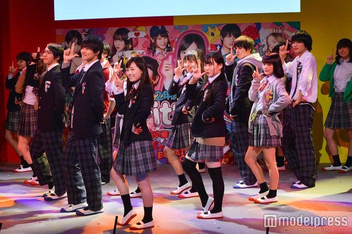 """16人の""""クラスメイト""""でダンスパフォーマンス(C)モデルプレス"""