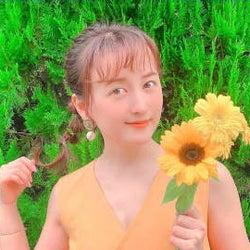 小松彩夏、向日葵片手に夏っぽいちょっと暖かくなる写真が可愛い!