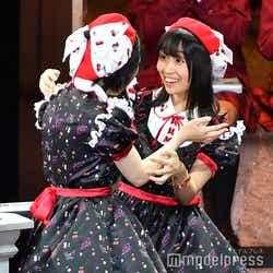 優勝が決定し抱き合って喜ぶAKB48多田京加、HKT48松田祐実 (C)モデルプレス