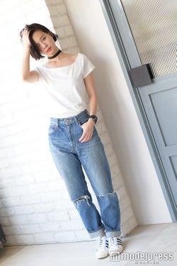 チョーカー:手作り/Tシャツ:SLY/デニム:BLACK BY MOUSSY/スニーカー:adidas/時計:BABY-G/斎藤有沙(C)モデルプレス