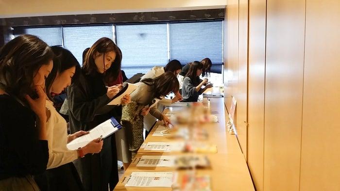 美食女子がじっくり審査/画像提供:FOODEX JAPAN 広報事務局