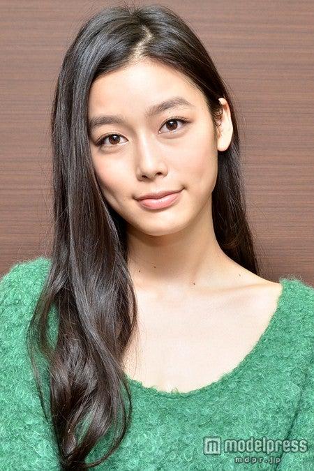 10月19日発売の「mina」12月号で2度目の表紙を飾る吉倉あおい<衣裳協力>Cher Harajuku/deicy代官山