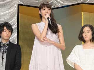 新川優愛、清楚感溢れるミニワンピで春先取り<ファッションチェック>