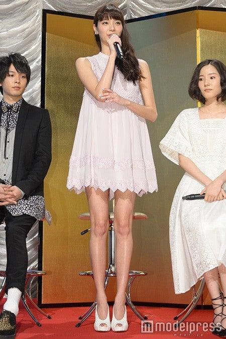 新川優愛、清楚感溢れるミニワンピで春先取り<ファッションチェック>(C)モデルプレス