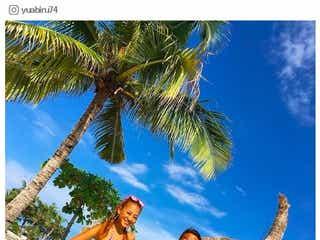 あびる優、ビキニ姿でさまぁ~ず三村と2ショット ビーチで美ボディ開放