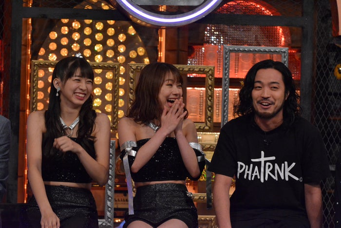 (左から)牧野真莉愛、石田亜佑美、R‐指定(C)日本テレビ