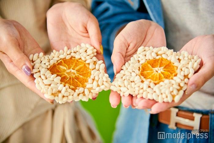 ライスパフ(ポン菓子)、ドライミカン、クラッカーなどでつくる甘酸っぱいお菓子「みかんクァジュル」。(C)モデルプレス
