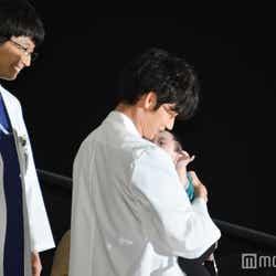 赤ちゃんを抱く鴻鳥先生と見守る四宮先生(C)モデルプレス