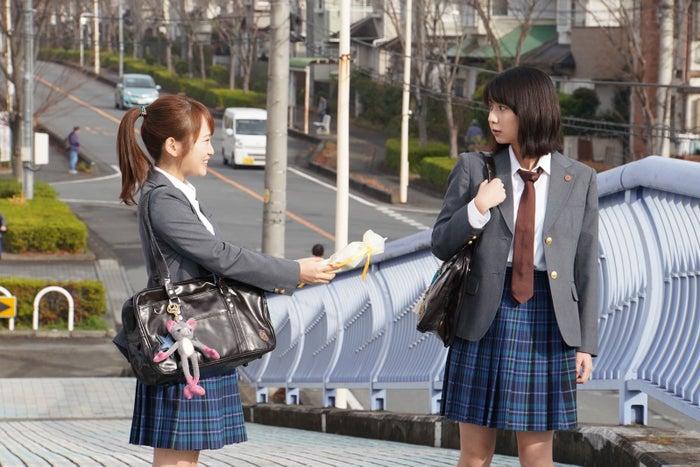 川栄李奈・上白石萌歌/「3年A組 ―今から皆さんは、人質です―」第2話より(C)日本テレビ