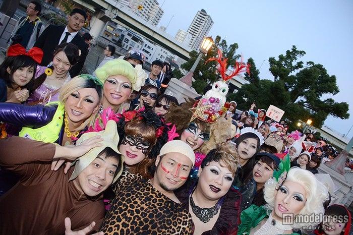 <ハロウィン>バンビーノ率いる仮装集団、大規模パレードに歓声「ダンソン」で沸かす【モデルプレス】