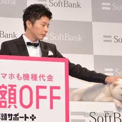 白戸家のお父さんをなでなでする田中圭(C)モデルプレス