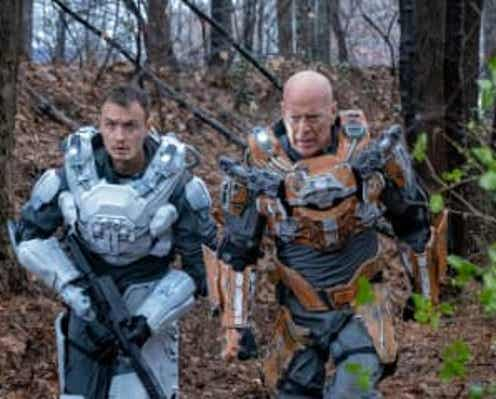 イカロススーツを身にまとったブルース・ウィリスが地球を守るため異星人と大バトル!