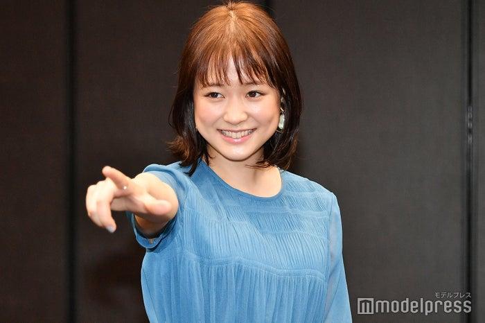 カメラマンから「何かポーズを」と求められ、矢本悠馬が劇中で披露しているというポーズを拝借する大原櫻子(C)モデルプレス
