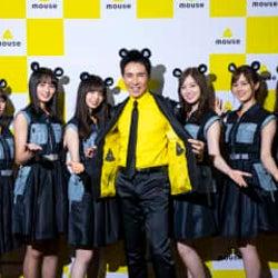 郷ひろみと乃木坂46がネズミの耳のカチューシャをつけて共演