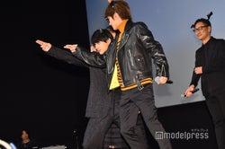 全国中継のカメラに投げキッスを贈る吉沢亮、Nissy (C)モデルプレス