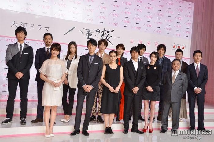 来年の大河ドラマ「八重の桜」で主演をつとめる綾瀬はるか(中央)