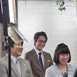 微笑む武川(眞島秀和)。 (C)モデルプレス