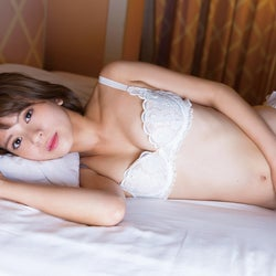 ラストアイドル吉崎綾、初挑戦で美乳&ヘルシーボディあらわ