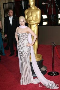 レディー・ガガ、アカデミー賞にメタリックドレスで登場