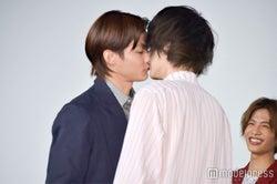 まさかの公開キスで盛り上がった(左から)野村周平、菅田将暉 (C)モデルプレス