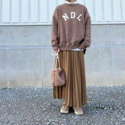 アラフォー世代におすすめしたい! プリーツロングスカートなら程よくフェミニンなコーデが作れる