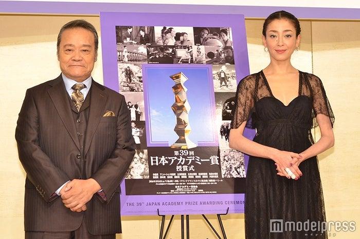 「第39回日本アカデミー賞」授賞式で司会を務める西田敏行、宮沢りえ(C)モデルプレス