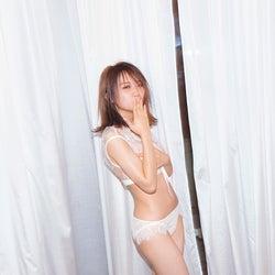 乃木坂46秋元真夏、ランジェリー姿で可愛く大人な表情<しあわせにしたい>