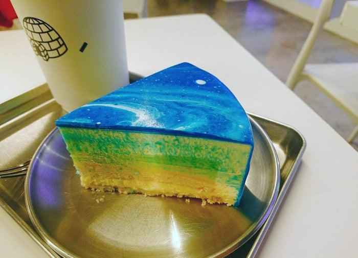 """これぞインスタ映え!韓国「CAFE TAPE」の""""宇宙ケーキ""""のフォトジェニックさに夢中(提供画像)"""