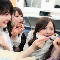 誕生日ケーキを食べるメンバーたち 撮影/若月佑美(左から)生田絵梨花、高山一実、白石麻衣、松村沙友理(提供写真)
