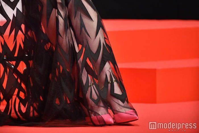 """春の注目カラー""""フューシャピンク""""のパンプスがポイント/ファッションチェック(C)モデルプレス"""