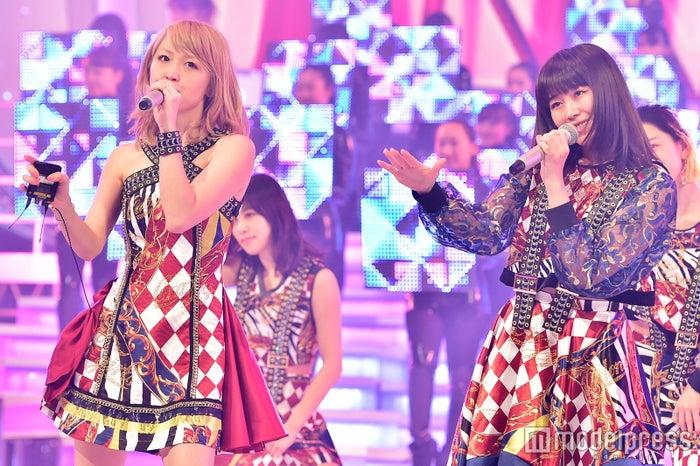 「第67回NHK紅白歌合戦」に出場したE-girls/左から:Ami、鷲尾伶菜/写真はリハーサル時(C)モデルプレス