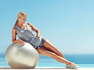 バランスボールの効果と使い方!お腹周りの引き締めや腰痛予防にも